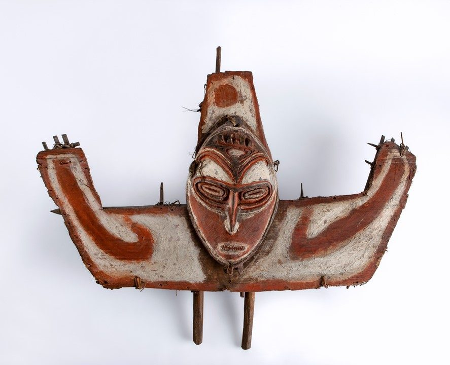 Escudo de proa de canoa (Médio Sepik, Papua Nova Guiné) – Créditos: José Eduardo Cunha/MHNC-UP